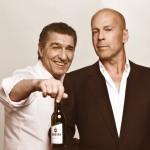 """Bruce Willis und Rudi Assauer im Veltins Werbespot (Quelle: """"obs/Brauerei C. & A. Veltins GmbH"""")"""
