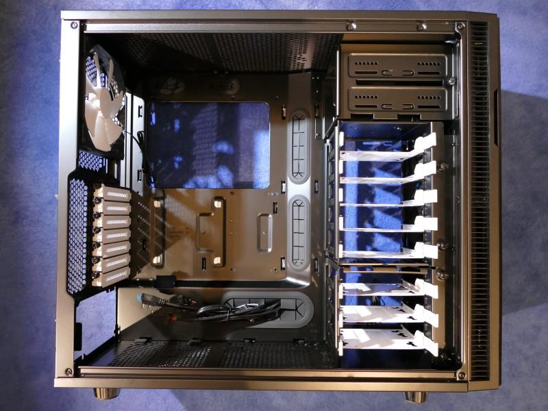 PC Eigenbau: Das PC Gehäuse mit Blick auf die Einbauseite