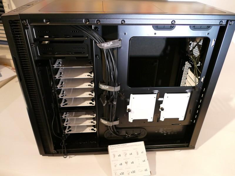 PC Eigenbau: PC Gehäuse von der anderen Seite mit den beiden 2,5 Zoll Befestigungen