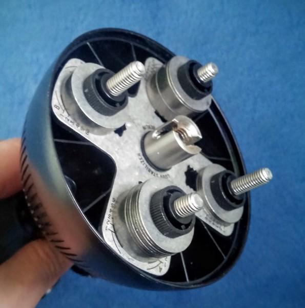 Unterseite von solidLUUV mit den montierten Gewichtsscheiben